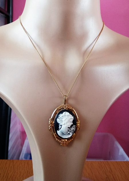 Classic style lady cameo necklace