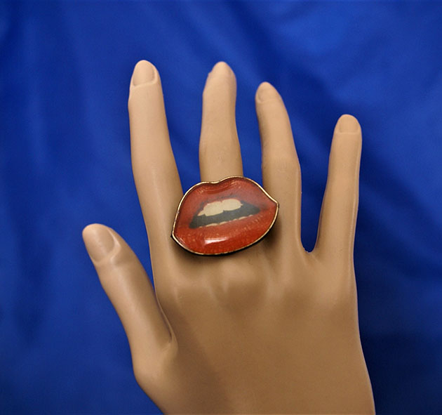 Retro rockabilly lips cameo ring